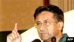 پرویز مشرف بعد از کودتای سال 99، همزمان فرماندهی ارتش و ریاست جمهوری را به عهده دارد.