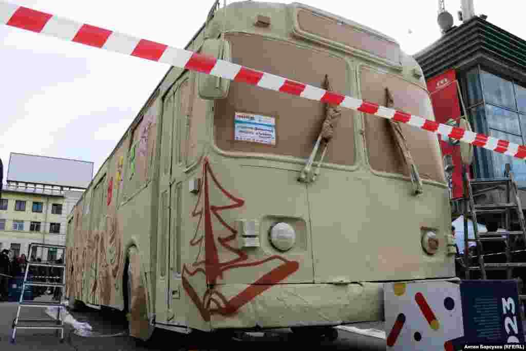 """Откликнулось даже муниципальное предприятие """"Горэлектротранспорт"""". Этот троллейбус, украшенный граффити, уже завтра выйдет на один из городских маршрутов"""