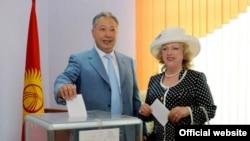 Курманбек Бакиев в бытность президентом Кыргызстана с супругой Татьяной на избирательном участке в день выборов в 2009 году.
