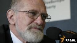 Bronislaw Geremek talks to RFE/RL during a Prague appearance in 2006
