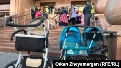 Детские коляски у подъезда правительства, оставленные многодетными матерями, которые пришли с требованиями к чиновникам. Нур-Султан, 20 сентября 2019 года. Иллюстративное фото.
