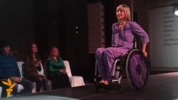 Жінки на інвалідних візочках дефілювали на показі мод у Харкові