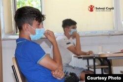 Prin activitățile sale, Salvați Copiii contribuie la reducerea și prevenirea abandonului școlar prin oferirea de servicii complementare, educaționale, sociale, de consiliere juridică și psihologică, copiilor din grupuri vulnerabile și familiilor acestora