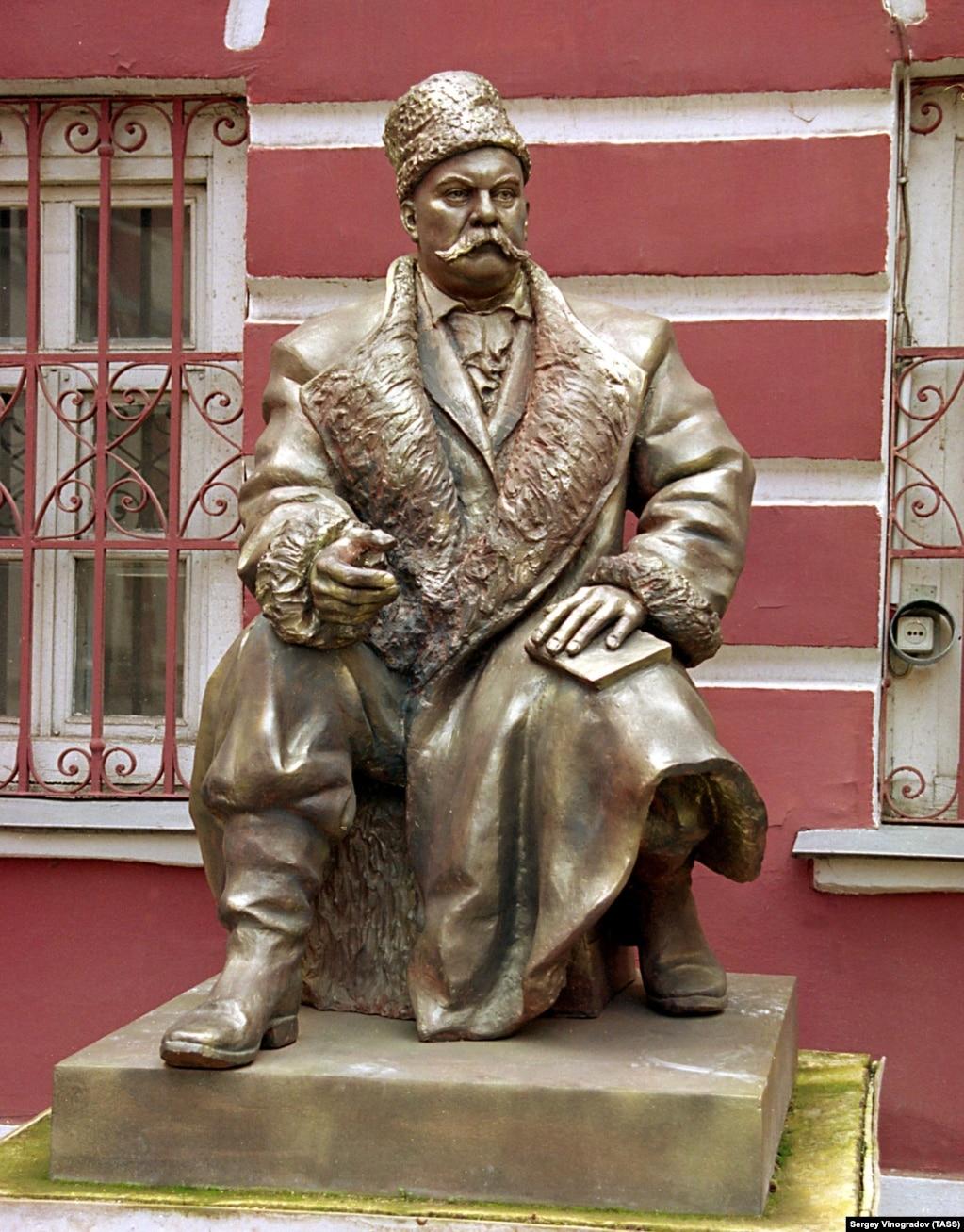 Пам'ятник журналісту і письменнику Володимиру Гіляровському (1855–1935) у Москві. Фото 2004 року