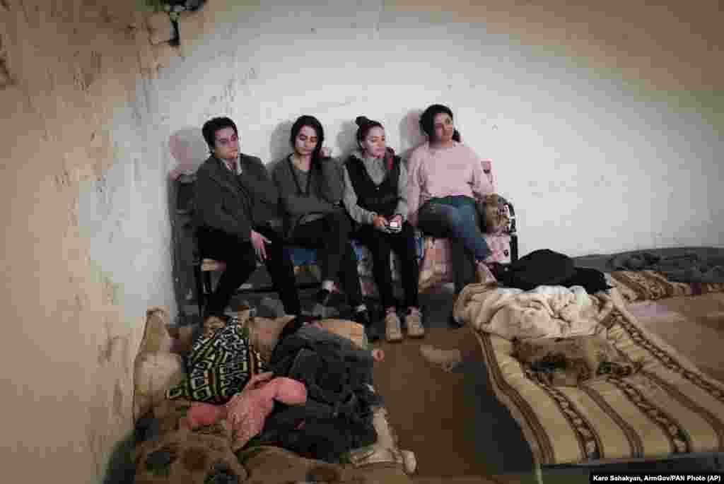 Армянские женщины в бомбоубежище в Степанакерте, столице самопровозглашенной Нагорно-Карабахской республики