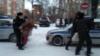 Полиция мәхкәмә бинасы каршында Азат Мифтаховка теләктәшлек белдерүчеләрне тоткарлый