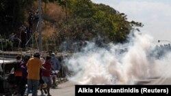 د یونان حکومت وايي دې خلکو ته نوی کېمپ جوړوي خو پولیس هڅه کوي چې د ليسبوس ټاپو مرکز ته د هغوی د تګ مخنیوی وکړي.