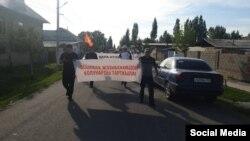 Сторонники Асылбека Жээнбекова устроили акцию протеста в его защиту. Каракульжинский район, Кыргызстан, 1 июня 2021 года.