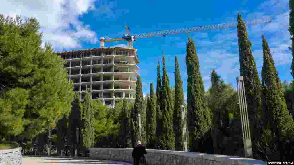 По сусідству з «Форосом» кипить будівництво паркового комплексу «Південна Рів'єра», де, як розповідають у селищі, буде 22 поверхи. На самому паспорті об'єкта ця деталь чомусь не вказана