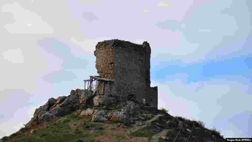 Российские власти уже несколько лет обещают начать реставрационные работы в генуэзской крепости Чембало, которая постепенно разрушается. На фото – башня Батисто де Олива на Крепостной горе