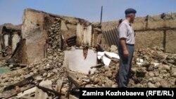 Мужчина на месте разрушенного дома в селе Достук Баткенской области.