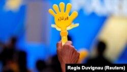 یکی از هواداران مجاهدین خلق در یکی از تجمعات این سازمان در تیرماه ۹۷ در فرانسه
