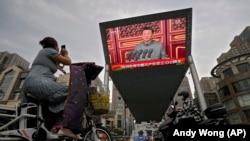 Трансляция на большом экране в Пекине выступления президента Китая Си Цзиньпина во время мероприятия, посвященного 100-летию Коммунистической партии