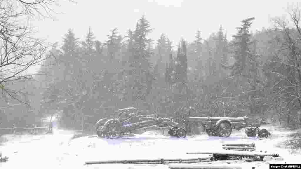 Трофейну німецьку техніку засипає снігом