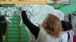 Волонтерки плетуть «сніжні» маскувальні сітки для бійців і співають українські пісні