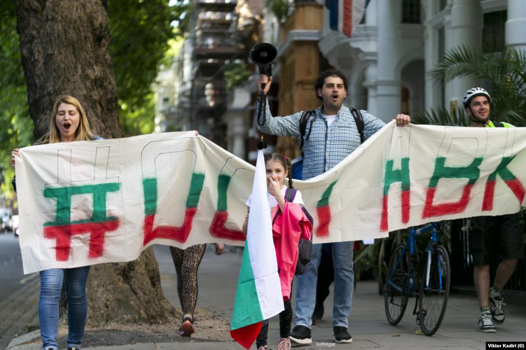 Протестиращи българи в Лондон с транспарант с надпис #Оставка.