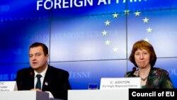Ivica Daçiq (majtas) gjatë një takimi me përfaqësuesen e lartë të BE-së për politikë të jashtme dhe siguri Cahterine Ashton