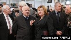 Лілія Ананіч і Мікалай Чаргінец (зьлева) на міжнароднай кніжнай выставе-кірмашы ў Менску, 2014 год