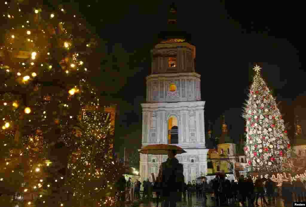 Главная елка Украины установлена на Софийской площади в Киеве. Пихте 81 год, ее высота составляет 25 метров