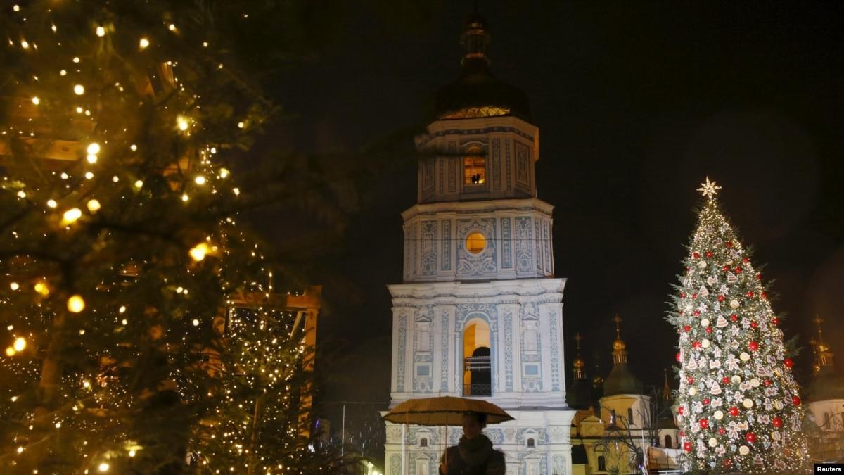 В Киеве начали устанавливать главную новогоднюю елку
