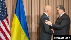 Ілюстраційне фото. Президент України Петро Порошенко (праворуч) під час зустрічі із віце-президентом США Джозефом Байденом. Січень 2016 року