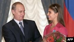 Ресей президенті Владимир Путин мен гимнаст Алина Кабаева. Мәскеу, 8 маусым 2001 жыл. (Көрнекі сурет)