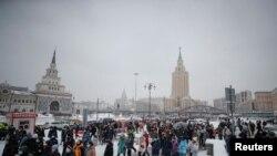 Луѓe одат во центарот на Москва за време на протестот за поддршка на затворениот руски опозициски лидер Алексеј Навални. 31 јануари 2021.