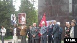 Коммунисттер партиясы Лениндин Бишкектеги эстелигинин алдында митинг уюштурду. 2010-жылдын 1-майы.