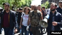 Armenia - Opposition leader Nikol Pashinian (C) leads continuing demonstrations in Yerevan, 17 April 2018.
