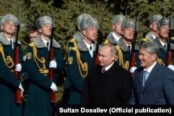 Президент России Владимир Путин и президент Кыргызстана Алмазбек Атамбаев обходят строй почетного караула. Бишкек, 28 февраля 2017 года.