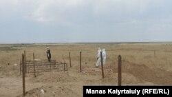 Коронавирустан қайтыс болғандарды жерлеуге арналған зират. Қараой ауылының маңы, Алматы облысы, 16 маусым 2020 жыл.