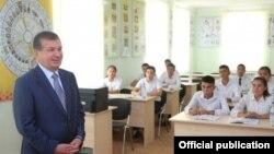 Президент Узбекистана Шавкат Мирзияев в Ферганском учебно-производственном центре пчеловодства. Фото агентства УзА.