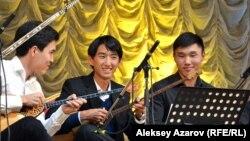 Концерт традиционной и современной музыки молодых музыкантов из Центральной Азии и США. В центре домбристы – студенты Национальной консерватории. Алматы, 6 октября 2016 года.