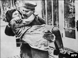 Сталин держит на руках дочь Светлану