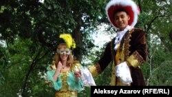 Парень и девушка в старинной французской одежде на мероприятиях ко Дню взятия Бастилии. Алматы, 13 июля 2015 года.