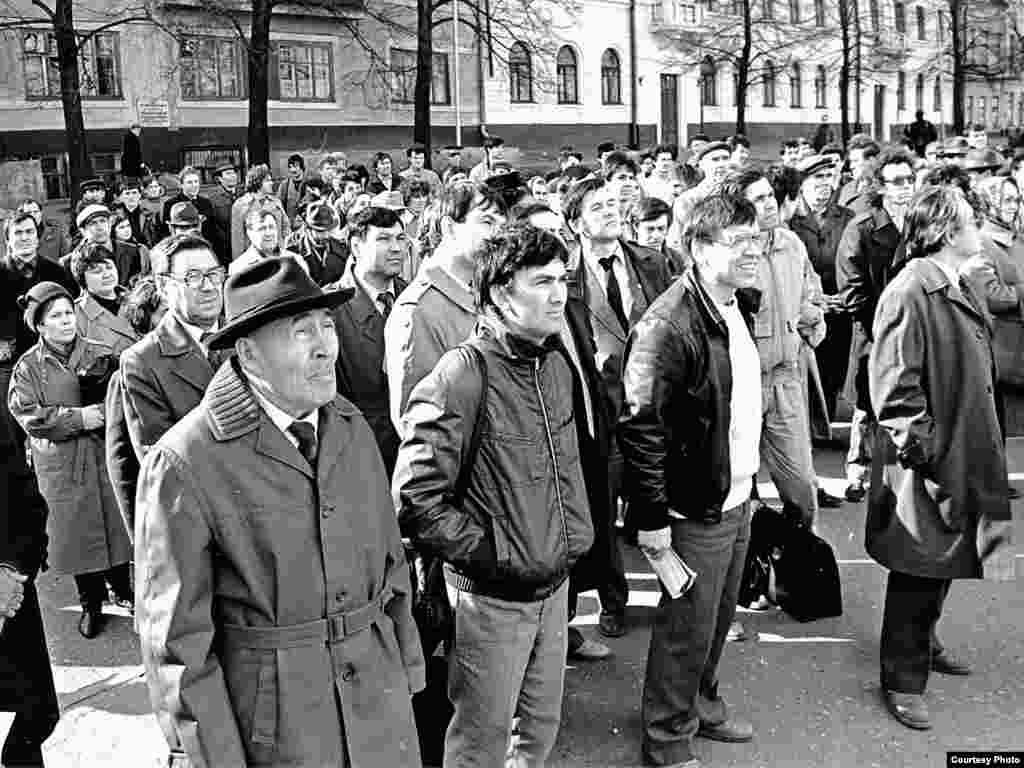 Тукай һәйкәле янында яшьләр митингы, 19 апрель 1990