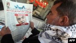 عراقي يتابع تطورات الازمة السياسية
