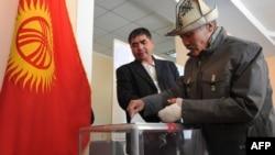 Бишкектин бир шайлоо жайындагы добуш берүүдөн, 30-октябрь.