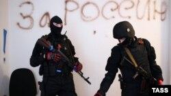 Озброєні проросійські бойовики в приміщенні СБУ в Луганську, 10 квітня 2014 року