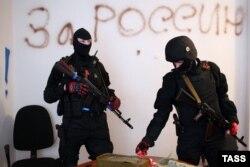 Сепаратисты в захваченном здании СБУ в Луганске