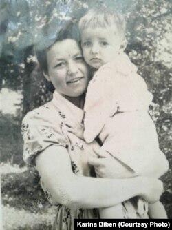 Марія з сином Мироном на руках, 1959 рік