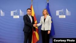 Архивска фотографија - Премиерот Зоран Заев и високaтa претставничка на Европската унија за надворешна политика и безбедност Федерика Могерини во Брисел.
