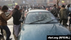 Жарылыс болған жерде тұрған адамдар. Кабул, 26 қаңтар 2013 жыл.