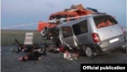 Столкнувшиеся КамАЗ и микроавтобус на трассе Алматы - Екатеринбург. Фото предоставлено департаментом внутренних дел Карагандинской области Казахстана.