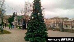 Новогодняя елка без игрушек в Севастополе