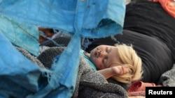 Ребенок, раненный осколками в сирийской провинции Идлиб, спит в лагере для беженцев. 19 мая, 2019