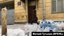 Продукты для задержанных за протесты перед входом в спецприемник на Захарьевской улице в Петербурге