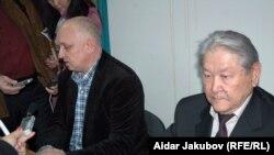 """""""Алға"""" партияси етакчилари Владимир Козлов (чапда) ва Серикболсин Абдилдин."""