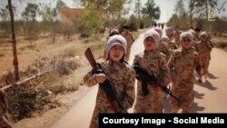 """Daily Mail басылымы жариялаған """"Сириядағы жиһадшы қазақ балалар"""" туралы """"Ислам мемлекеті"""" видеосының скриншоты."""