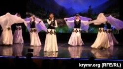 Выступление крымскотатарского ансамбля «Акъяр» на концерте в Севастопольском центре культуры и искусств, 14 апреля 2019 года.